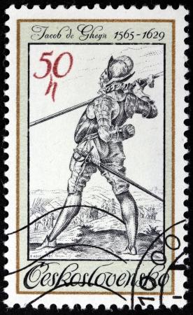 engraver: CECOSLOVACCHIA - CIRCA 1983: Un timbro stampato dalla Cecoslovacchia mostra guardia del corpo del re Rodolfo II - incisione dal pittore olandese e incisore Jacob de Gheyn (1565-1629), circa 1983.