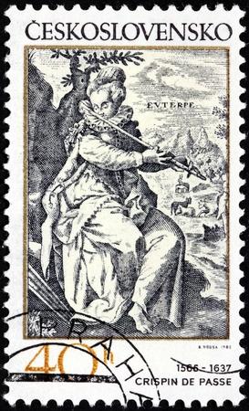 engraver: Cecoslovacchia - CIRCA 1982: Un timbro stampato dalla Cecoslovacchia mostra musa Euterpe suonare un flauto - incisione di incisore olandese Crispijn de Passe (1565-1637), circa 1982. Editoriali