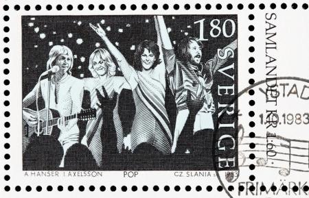 SUÈDE - CIRCA 1983: un timbre imprimé par la Suède montre l'image de célèbres musiciens suédois ABBA de bande, circa 1983. Banque d'images - 21838438