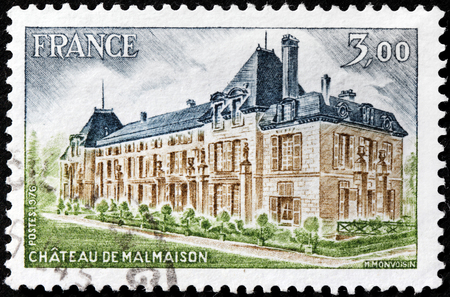estampilla: FRANCE - CIRCA 1976: a stamp printed by FRANCE shows view of the Chateau de Malmaison in the city of Rueil-Malmaison not far from Paris, circa 1976.
