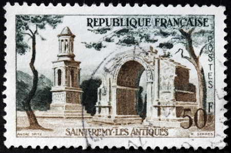 sello: FRANCE - CIRCA 1957: A stamp printed by FRANCE shows image of the Roman ruins of Saint-Remy-de-Provence, circa 1957 Editorial