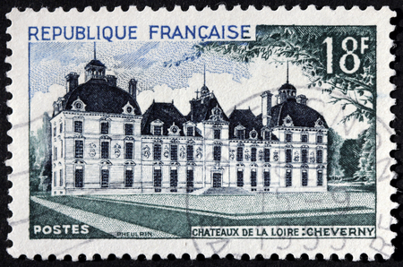 postes: FRANCE - CIRCA 1954: A stamp printed by France shows Cheverny Chateau located at the departement of Loir-et-Cher in the Loire Valley, circa 1954. Editorial