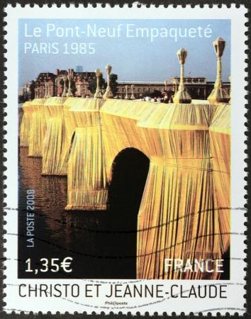 フランス - 2009 年頃: クリストとジャンヌ = クロード、パリ 1985 (ル ポン ヌフ Empaquete) によってラップされた、ポン ヌフ橋フランス ショー 2009 年頃印刷スタンプ 写真素材 - 25055771