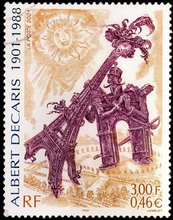 engraver: FRANCIA - CIRCA 2001: Un timbro stampato dalla Francia mostra immagine dell'Arco di Trionfo corteggiare la Torre Eiffel dal famoso artista francese, incisore e pittore Albert Decaris, circa 2001