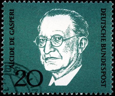 statesman: GERMANIA - CIRCA 1968: Un francobollo stampato dalla Germania mostra ritratto immagine del celebre statista e uomo politico italiano Alcide Amedeo Francesco De Gasperi, circa 1968