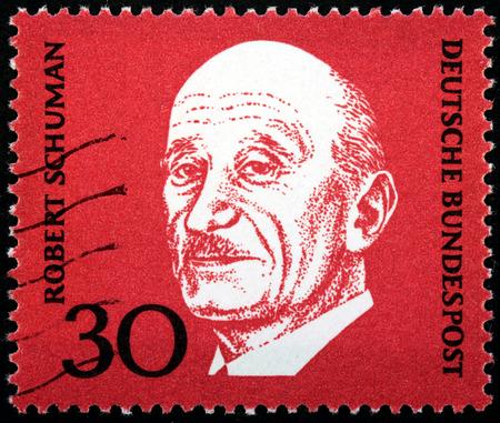 statesman: GERMANIA - CIRCA 1968: Un timbro stampato dalla Germania mostra ritratto immagine del famoso statista francese Jean-Baptiste Nicolas Robert Schuman, circa 1968