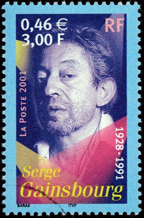 screenwriter: FRANCIA - CIRCA 2001: Un timbro stampato dalla Francia mostra immagine ritratto della cantante francese, cantautore, pianista, compositore, poeta, pittore, sceneggiatore, scrittore e attore Serge Gainsbourg, circa 2001