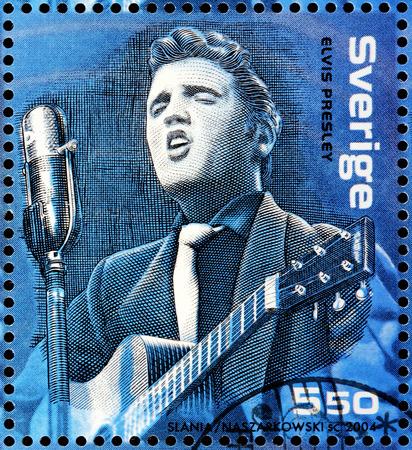 ZWEDEN - CIRCA 2004: Een stempel gedrukt door ZWEDEN toont beeldportret van de beroemde Amerikaanse zanger Elvis Presley, circa 2004.