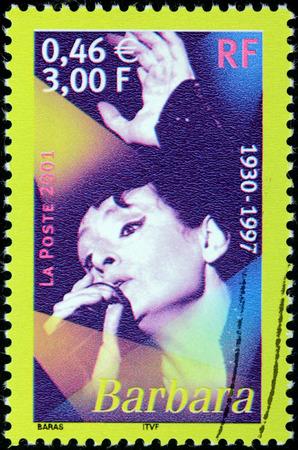 siervo: FRANCIA - CIRCA 2001: Un sello impreso por Francia muestra retrato de la imagen de la famosa cantante francesa Monique Andr�e siervo cuyo nombre art�stico era Barbara, alrededor del a�o 2001