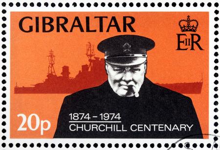statesman: GIBILTERRA - CIRCA 1974: Un timbro stampato dalla Gran Bretagna mostra l'immagine ritratto del famoso statista britannico, Primo Ministro del Regno Unito Sir Winston Churchill, circa 1974