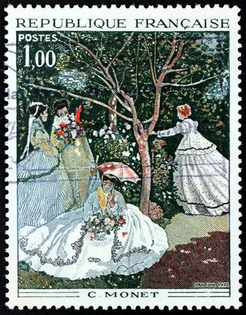 FRANKRIJK - CIRCA 1972: Een stempel gedrukt door Frankrijk toont de gravure na het schilderen van de vrouw in een tuin van een van de oprichters van de Franse schilderkunst Impressionist Claude Monet (1840-1926), circa 1972