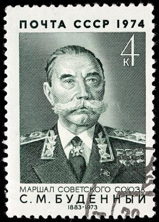 cavalryman: URSS - CIRCA 1974: Un sello impreso en la URSS muestra el retrato de cosaco rojo, soldado de caballer�a, comandante militar y pol�tico Semyon Budyonny. Budionni era un estrecho aliado del l�der sovi�tico Stalin, alrededor de 1974