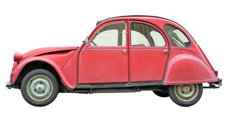 Zijaanzicht van oude kleine rode auto die op een witte achtergrond