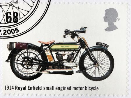 enfield: REGNO UNITO - CIRCA 2005: Un timbro stampato dalla Gran Bretagna mostra Royal Enfield - antica piccola motocicletta con motore 1914, circa 2005