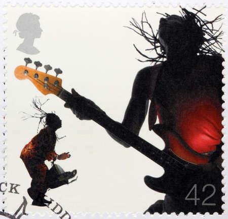 reggae: ROYAUME-UNI - CIRCA 2006: timbre, imprim�, la Grande-Bretagne montre deux musiciens de reggae - bassiste et le batteur de guitare, circa 2006
