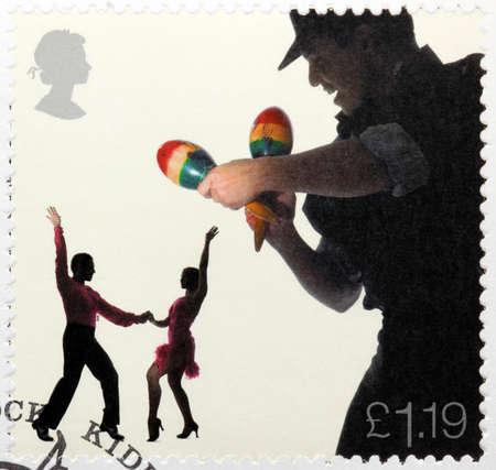 bailarines de salsa: REINO UNIDO - CIRCA 2006: Un sello impreso por Gran Breta�a muestra Maraca Player y Bailarines de salsa, alrededor del a�o 2006 Editorial