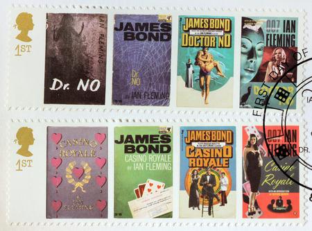 royale: REINO UNIDO - CIRCA 2008: Un conjunto de dos sellos impresos por la Gran Breta�a muestra im�genes de portadas de James Bond doctor No y Casino Royale novelas de Ian Fleming, alrededor del a�o 2008.