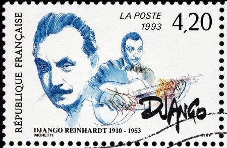 musico: FRANCIA - CIRCA 1993: Un sello impreso por Francia muestra imagen Retrato de Jean Django Reinhardt - famoso músico, pionero del jazz Virtuoso guitarrista y compositor