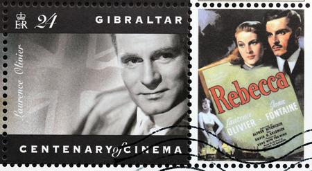 cinta pelicula: GIBRALTAR - CIRCA 1995: Un sello impreso por GIBRALTAR muestra el retrato de la imagen del actor Inglés Laurence Olivier, alrededor de 1995.
