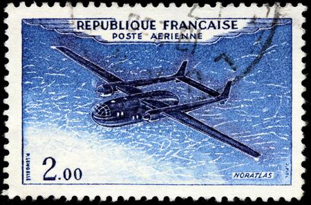 poststempel: SAINT-PETERSBURG, Russland - 14. Juli 2015: Ein Stempel von Frankreich gedruckt zeigt Französisch militärische Transportflugzeug Nord Noratlas, circa Januar 1960. Editorial
