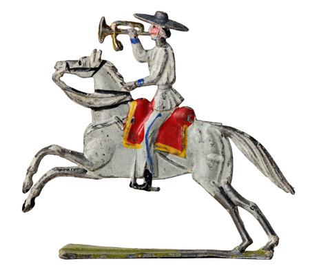 uomo a cavallo: Antica Sollier giocattolo di latta. Messicano trombettiere cavaliere in abiti tradizionali su sfondo bianco. Archivio Fotografico