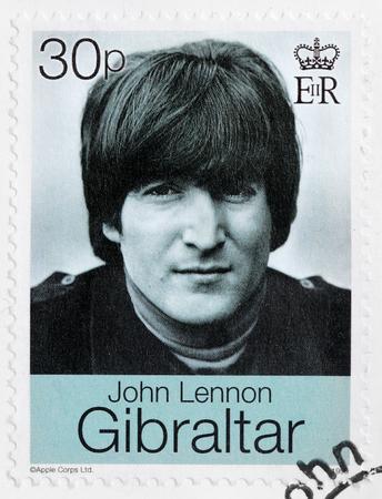 LUGA, RUSLAND - 19 augustus 2016: Een stempel gedrukt door GIBRALTAR toont beeld portret van de beroemde Engels muzikant, componist, zanger en songwriter John Lennon, circa 1999.