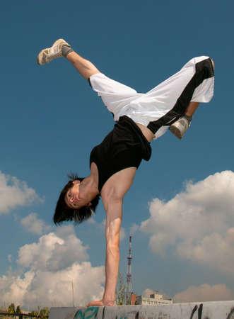 Adolescent effectue des exercices dangereuses