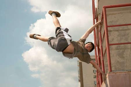 Adolescent effectue des exercices dangereuses  Banque d'images