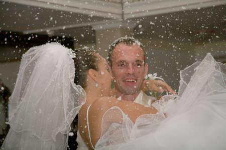 Happy married Couple. Der erste Schnee fällt. Standard-Bild