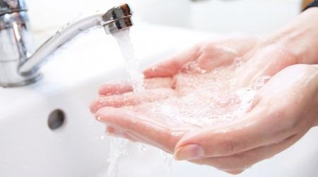lavare le mani: Lavaggio delle mani con sapone sotto la gru con acqua Archivio Fotografico