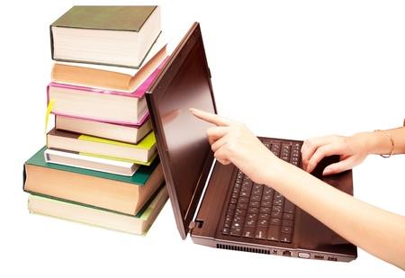 encyclopedias: El ordenador port�til y los libros, enciclopedias sobre un fondo blanco