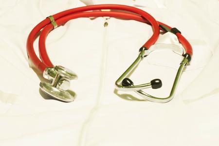 rote ampel: Medizinische Stethoskop von rotem Licht vor einem wei�en Bademantel des Arztes