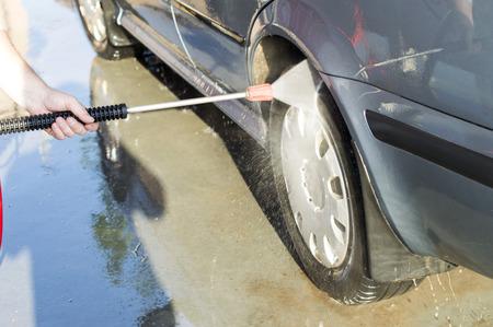 revestimientos: El proceso de lavado de las ruedas del coche en el t�nel de lavado