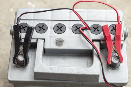 descarga electrica: Carga de una descarga el�ctrica de la bater�a del veh�culo