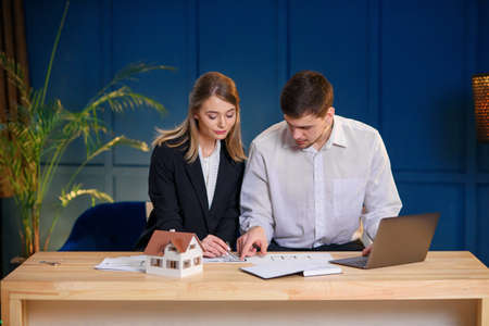 Two male and female architects discussing design of new house, flat. Stockfoto