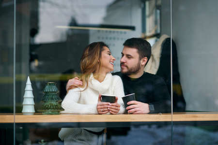 Beautiful caucasian couple drink coffee on a date, and having fun together. Stockfoto - 132229396