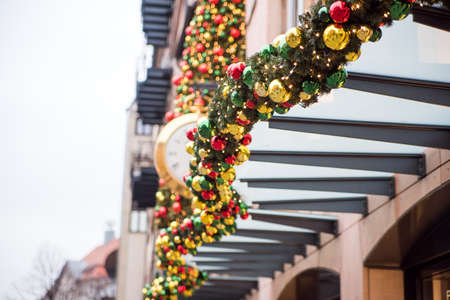 Christmas wreaths, balls and other decorations on the street. Stockfoto