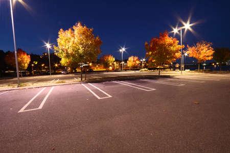quietude: Estacionamento uma noite em queda Imagens