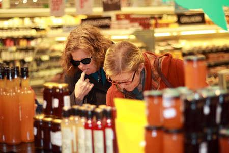hesitating: Wimen en el supermercado dudando qu� comprar