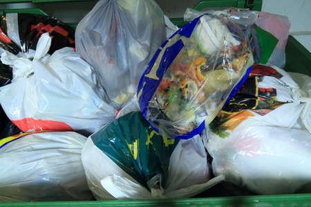 basura en un contenedor de reciclaje residencial de energ�a photo