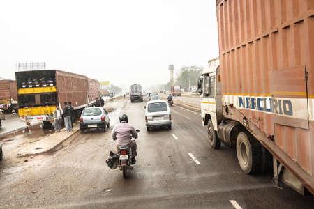 shipload: Autobuses y otros tr�ficos compiten para salir adelante en el camino hacia Jaipur que cada cent�metro del camino es importante conseguir en este challengeDelhi, Rajasthan, India, 02 de 2013