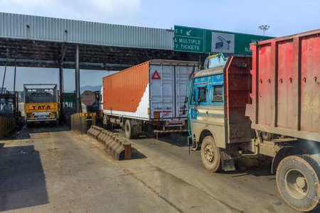 shipload: Autobuses y otros veh�culos en la carretera a Jaipur un temprano morningDelhi, Rajasthan, India - 06 de febrero 2013