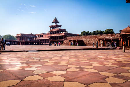 fatehpur sikri: Tourists in the norning on the square area off the city  of Fatehpur Sikri