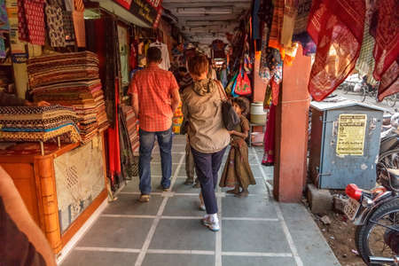 buen trato: Turistas paseando por una calle de compras en busca de una buena oferta as� que su dinero va a durar m�s de Jaipur, Rajasthan, India, 02 de 2013 Editorial