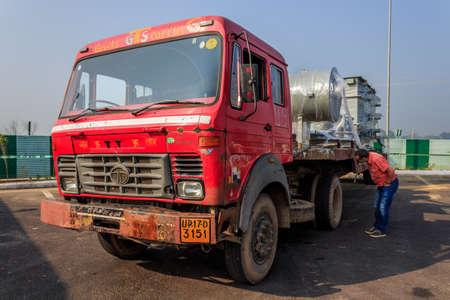 shipload: Un cami�n con una carga pesada unida al cami�n cama algunos tornillos para hacer la estancia de carga en la caja de la camioneta, a caballo entre Agra y DelhiRoad entre Agra y Delhi, Uttar Pradesh India 02 2013 Editorial