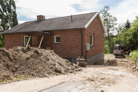 dwelling mound: Draining around the house foundation in order to avoid moisture damage to the house