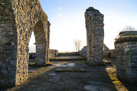humilde: Ruinas del convento Gudhem construidas en aproximadamente 1.050 devastadas por el fuego en 1529 Foto de archivo