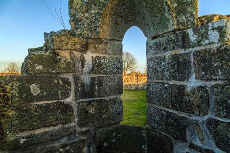 humilde: Ruinas del convento Gudhem construidas en aproximadamente 1.050 devastadas por el fuego en 1529. Un lugar p�blico Foto de archivo