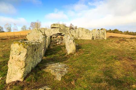 humilde: Tumba de la época megalítica en un campo en Ekornavallen, Suecia con diferentes tipos de tumbas antiguas de diferentes épocas