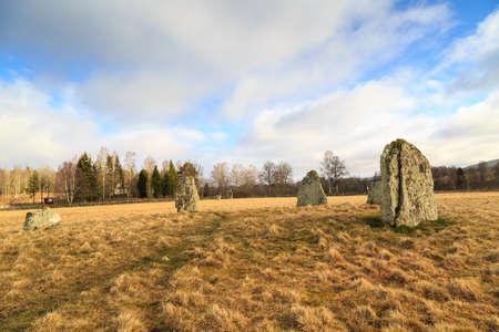 """humilde: """"Domarring"""" un tipo de tumba que se encuentra en Suecia, Finlandia y Polonia, donde el r�o Wisla se encuentra con el mar B�ltico"""